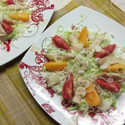 Фото рецепта - Салат с куриным филе, помидорами и капустой - шаг 4