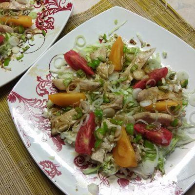 Фото рецепта - Салат с куриным филе, помидорами и капустой - шаг 5