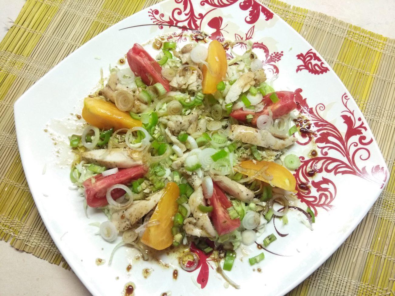 Салат с куриным филе, помидорами и капустой