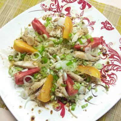 Салат с куриным филе, помидорами и капустой - рецепт с фото