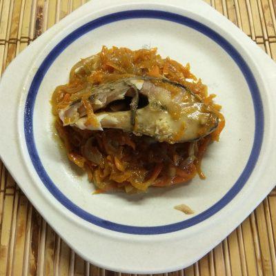 Фото рецепта - Карп, запеченный в духовке с луком и морковью - шаг 6