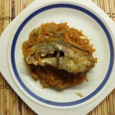 Карп, запеченный в духовке с луком и морковью - рецепт с фото