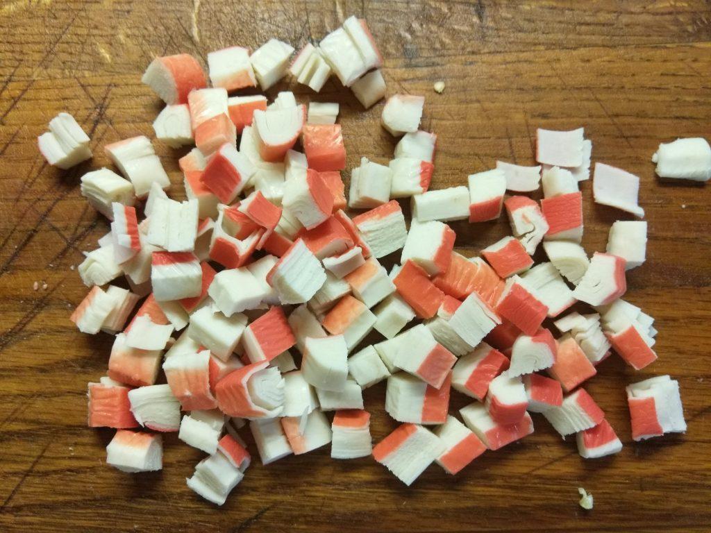 Фото рецепта - Овощной салат с крабовыми палочками - шаг 5