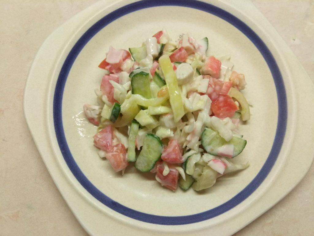 Фото рецепта - Овощной салат с крабовыми палочками - шаг 7