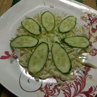 Фото рецепта - Капустный салат с лососем, огурцами и яблоками - шаг 2