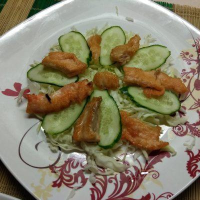 Фото рецепта - Капустный салат с лососем, огурцами и яблоками - шаг 3