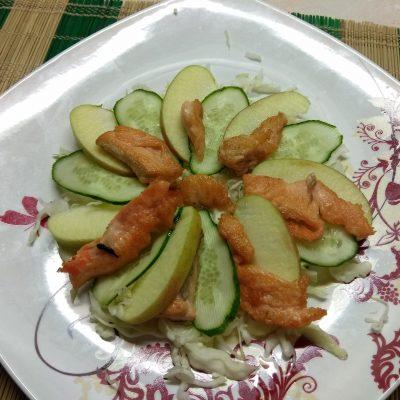 Фото рецепта - Капустный салат с лососем, огурцами и яблоками - шаг 4