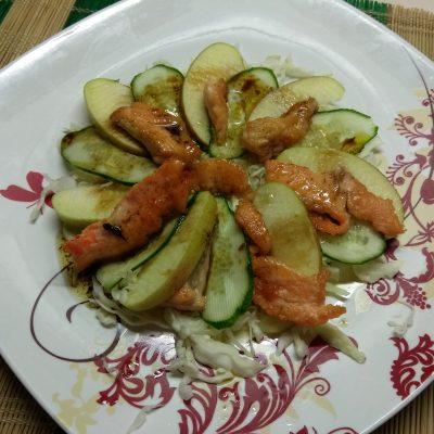 Фото рецепта - Капустный салат с лососем, огурцами и яблоками - шаг 5