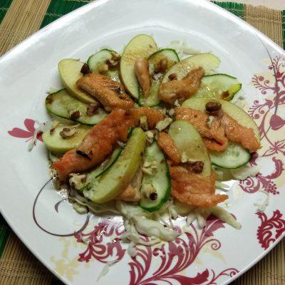 Фото рецепта - Капустный салат с лососем, огурцами и яблоками - шаг 6