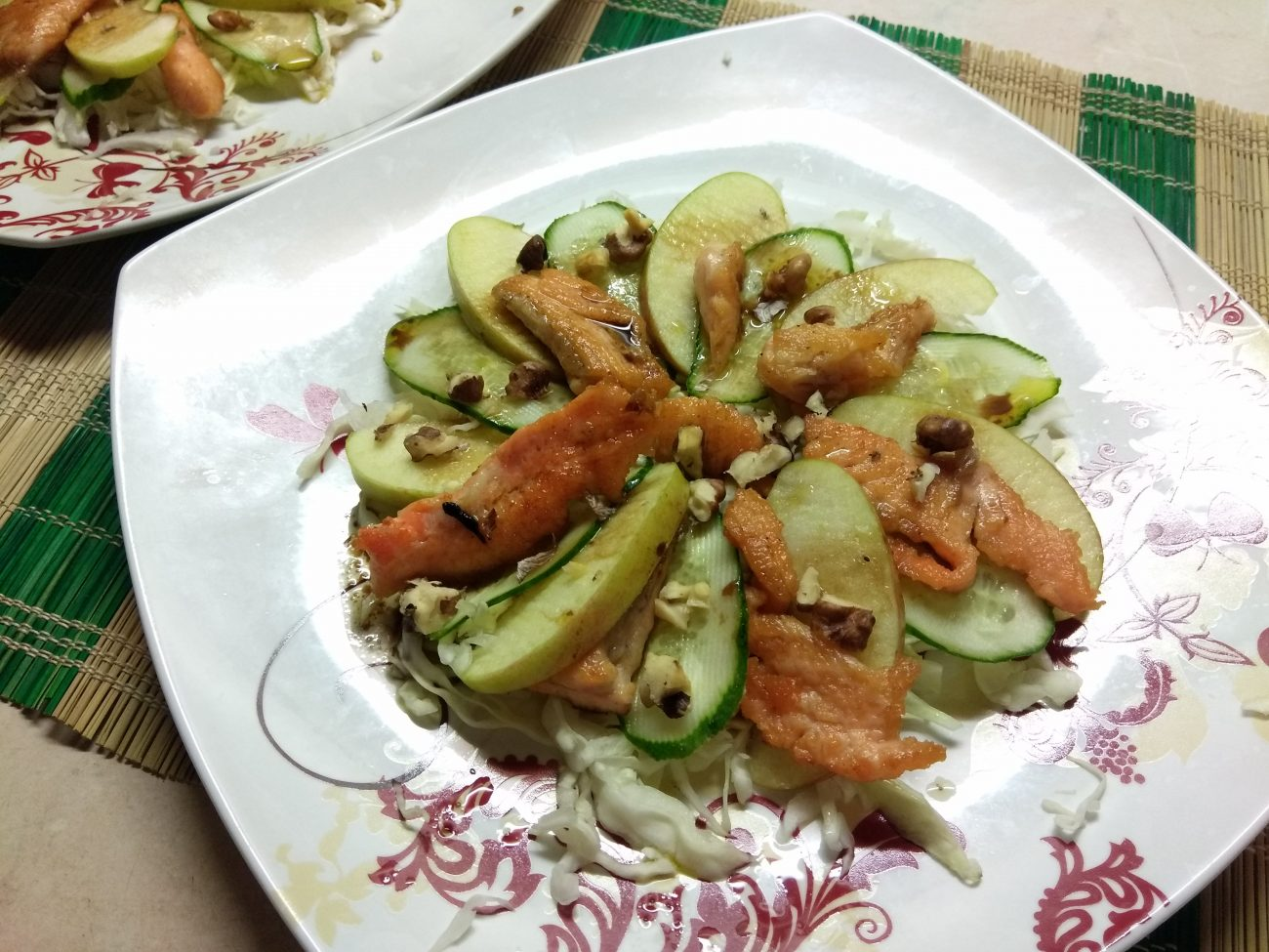 Капустный салат с лососем, огурцами и яблоками