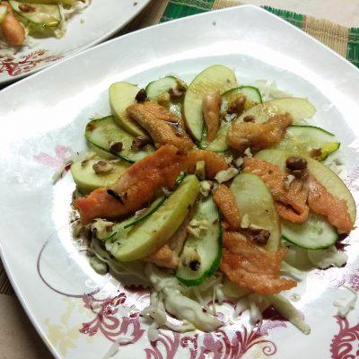 Капустный салат с лососем, огурцами и яблоками - рецепт с фото