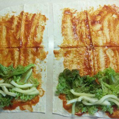 Фото рецепта - Лаваш с колбасками, перцем и сыром (домашняя шаурма) - шаг 3