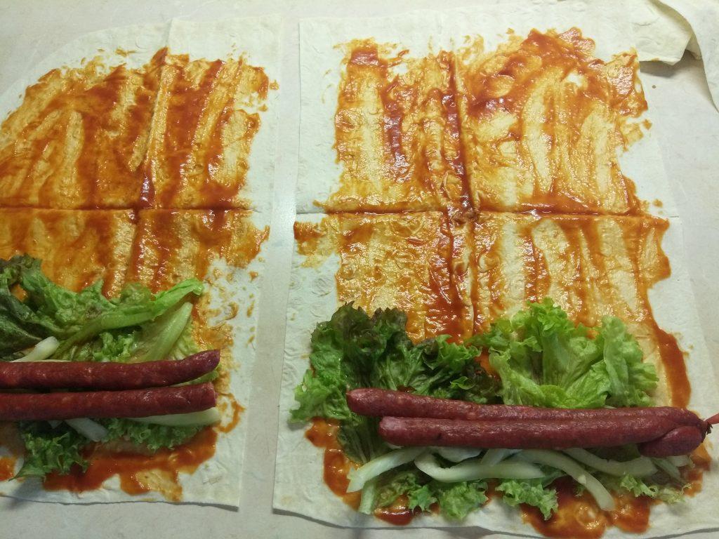 Фото рецепта - Лаваш с колбасками, перцем и сыром (домашняя шаурма) - шаг 4