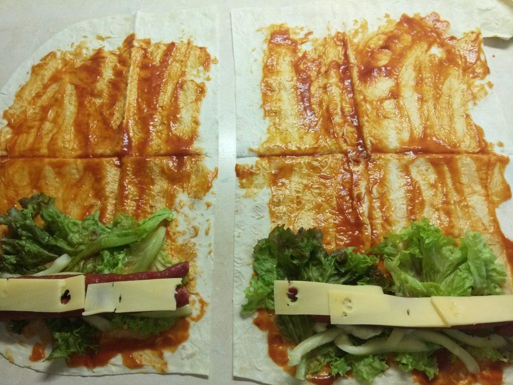 Фото рецепта - Лаваш с колбасками, перцем и сыром (домашняя шаурма) - шаг 5