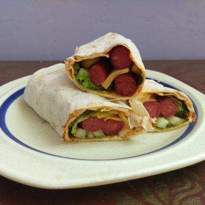 Лаваш с колбасками, перцем и сыром (домашняя шаурма) - рецепт с фото