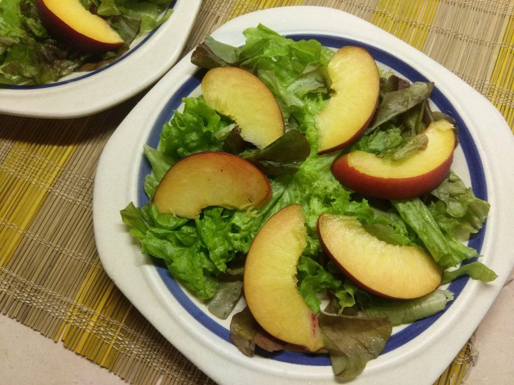 Фото рецепта - Салат с курицей, помидорами и персиками - шаг 2