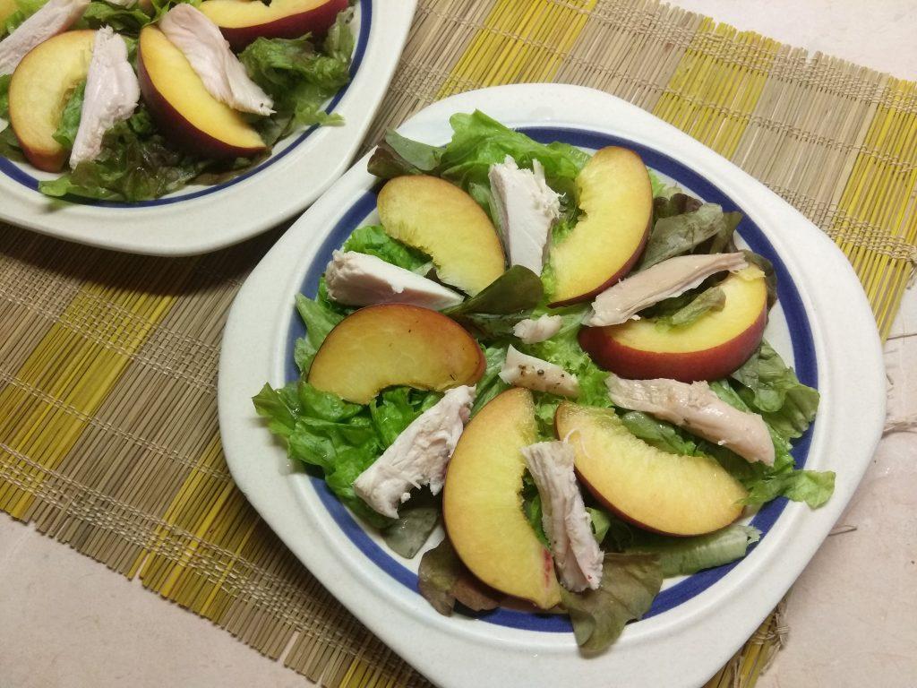 Фото рецепта - Салат с курицей, помидорами и персиками - шаг 3