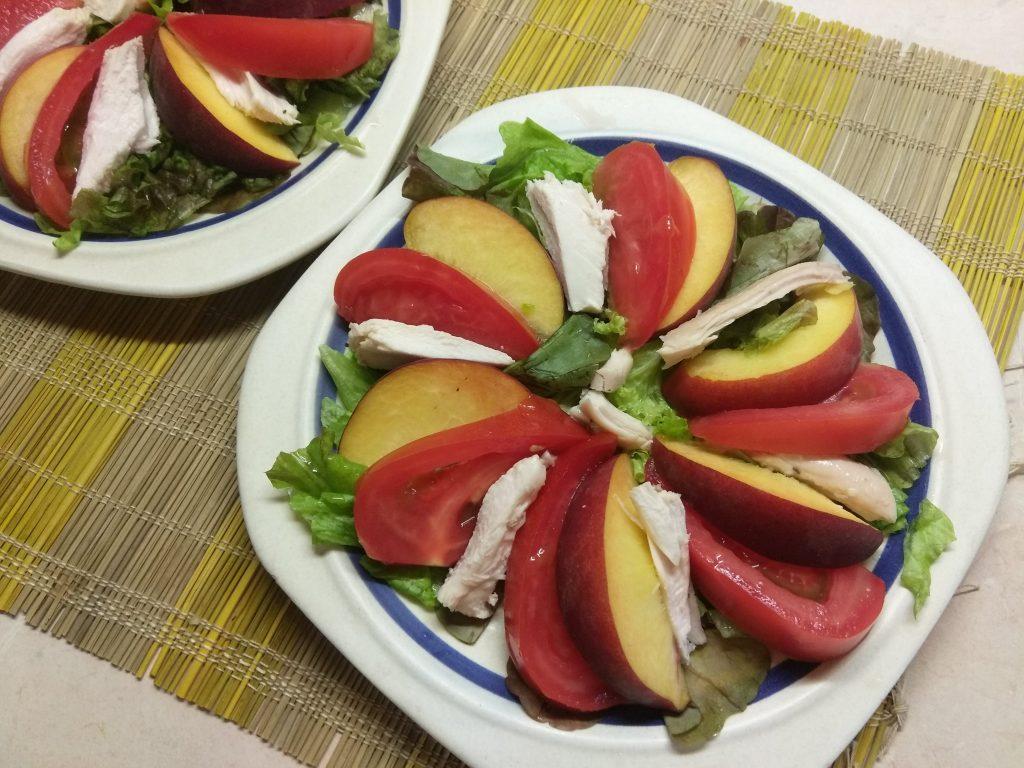Фото рецепта - Салат с курицей, помидорами и персиками - шаг 4