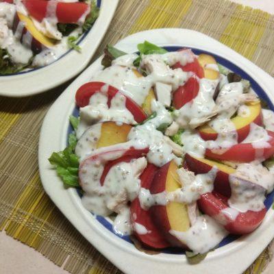 Фото рецепта - Салат с курицей, помидорами и персиками - шаг 5