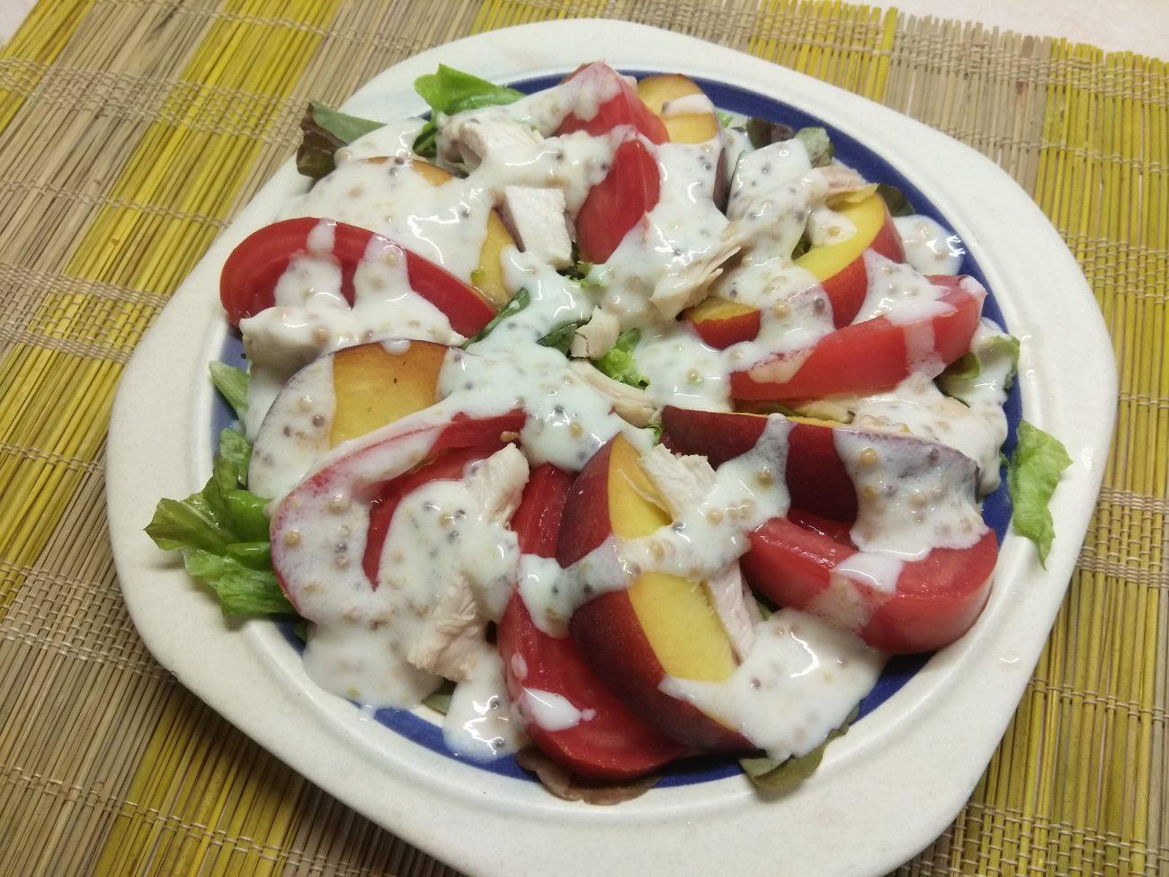 Салат с курицей, помидорами и персиками