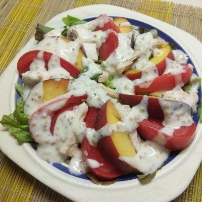 Салат с курицей, помидорами и персиками - рецепт с фото