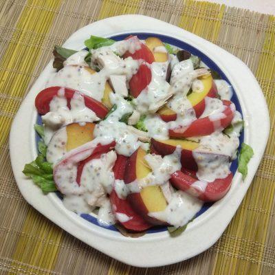 Фото рецепта - Салат с курицей, помидорами и персиками - шаг 6