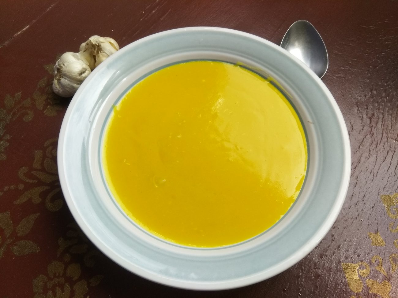 Картофельный крем-суп с печеным чесноком и карри