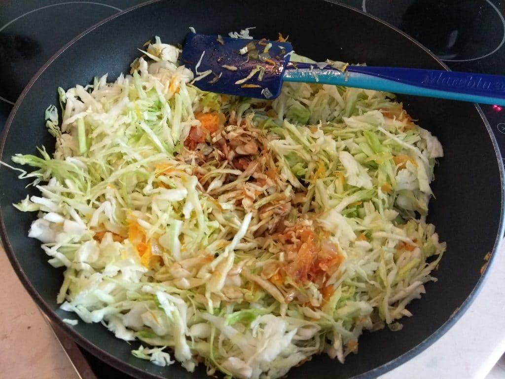 Фото рецепта - Белокочанная капуста, тушенная по-восточному - шаг 4