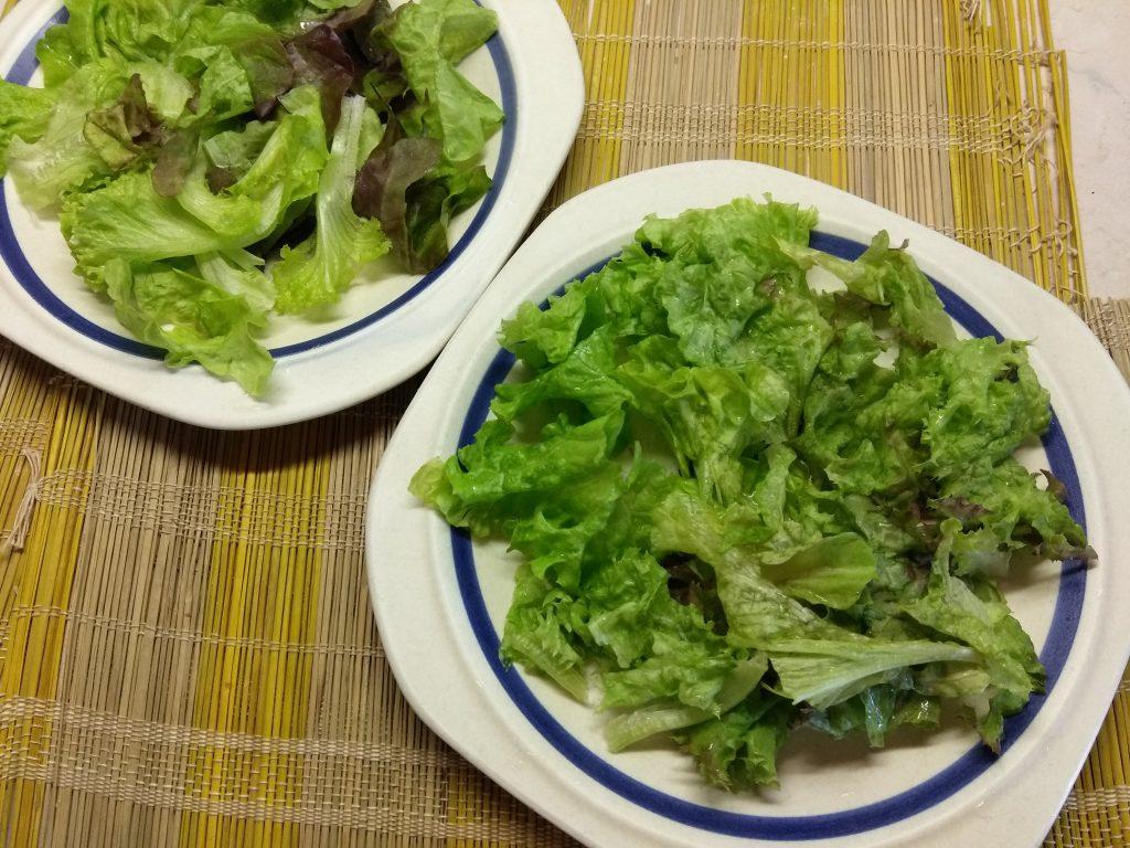 Фото рецепта - Салат с сырокопченой свининой, дыней и фетой - шаг 1