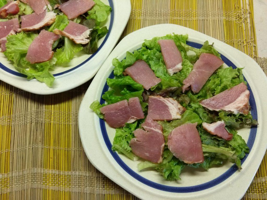 Фото рецепта - Салат с сырокопченой свининой, дыней и фетой - шаг 2