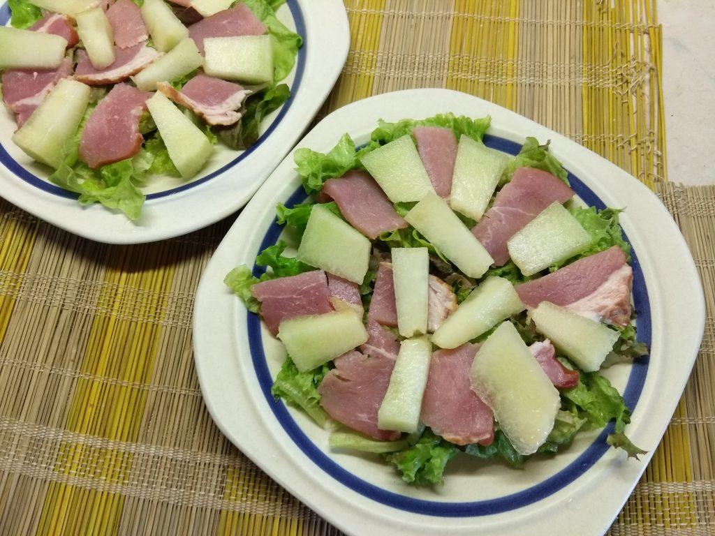 Фото рецепта - Салат с сырокопченой свининой, дыней и фетой - шаг 3