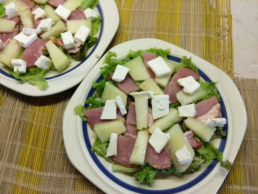 Фото рецепта - Салат с сырокопченой свининой, дыней и фетой - шаг 4