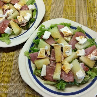 Фото рецепта - Салат с сырокопченой свининой, дыней и фетой - шаг 5