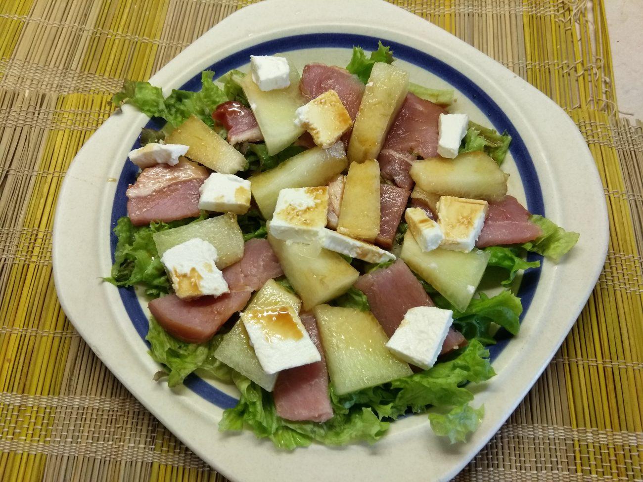 Салат с сырокопченой свининой, дыней и фетой