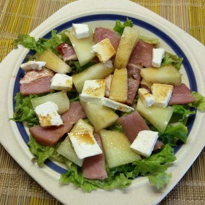 Салат с сырокопченой свининой, дыней и фетой - рецепт с фото