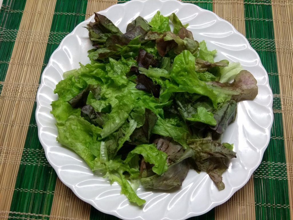 Фото рецепта - Салат с печёнными яблоками, сливами и фетой - шаг 1