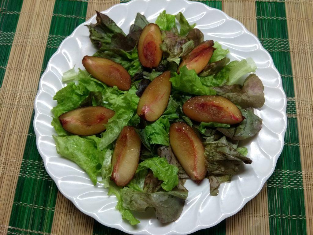 Фото рецепта - Салат с печёнными яблоками, сливами и фетой - шаг 2