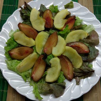 Фото рецепта - Салат с печёнными яблоками, сливами и фетой - шаг 3