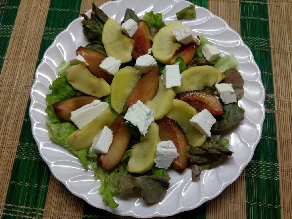 Фото рецепта - Салат с печёнными яблоками, сливами и фетой - шаг 4