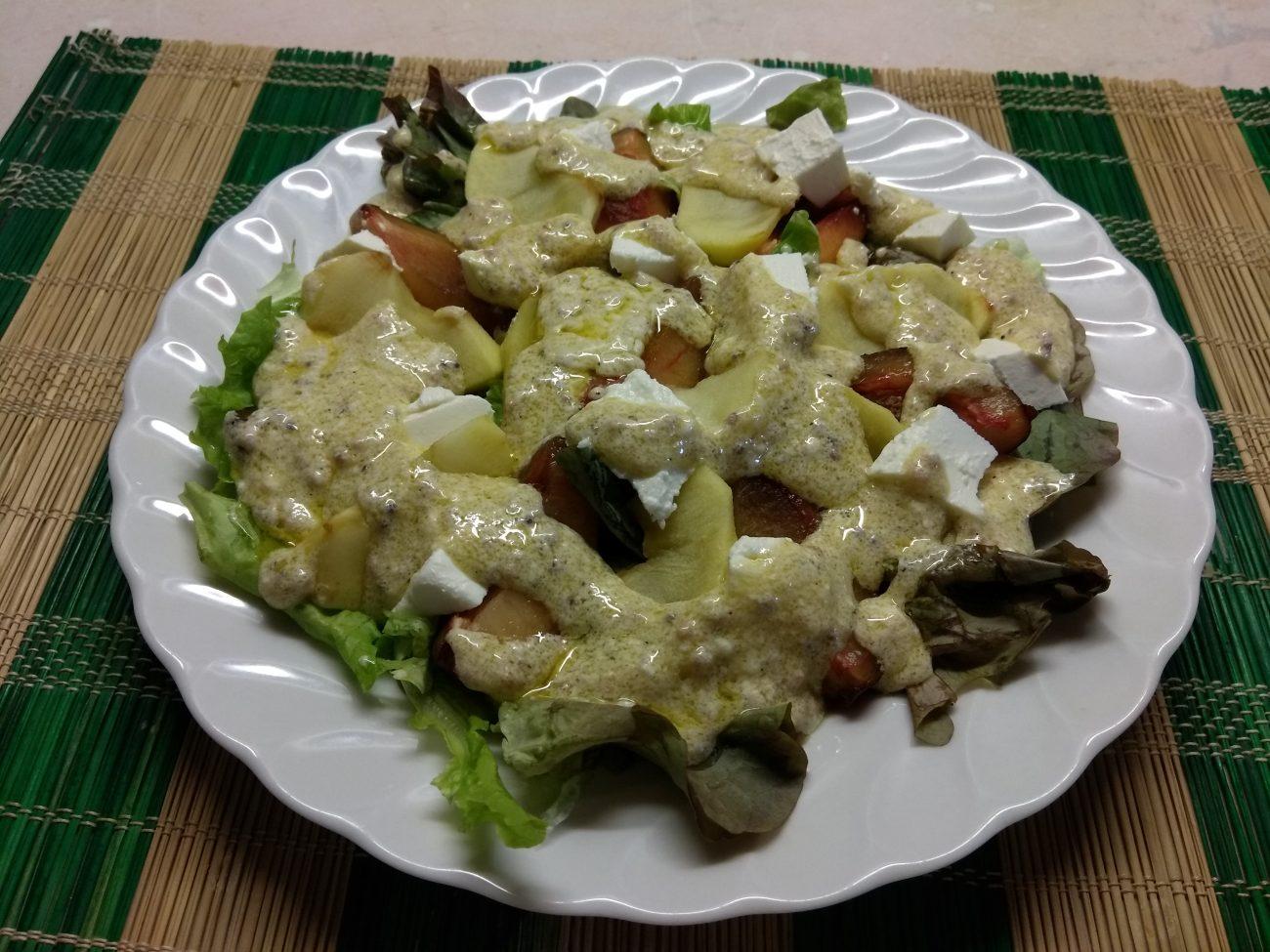 Салат с печёнными яблоками, сливами и фетой