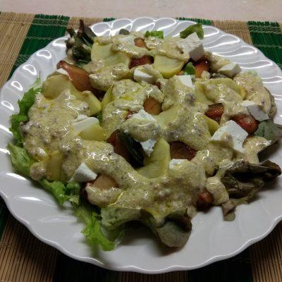 Салат с печёнными яблоками, сливами и фетой - рецепт с фото