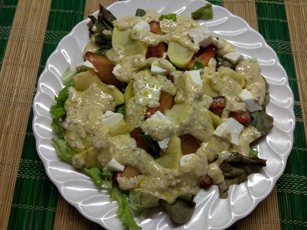 Фото рецепта - Салат с печёнными яблоками, сливами и фетой - шаг 6