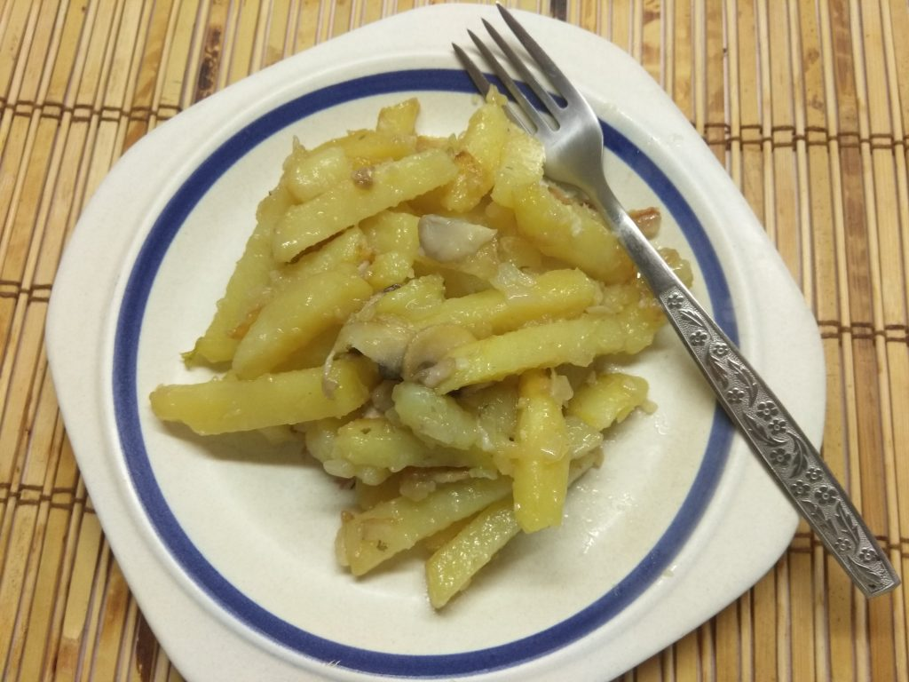 Фото рецепта - Жареный картофель с шампиньонами и луком - шаг 6