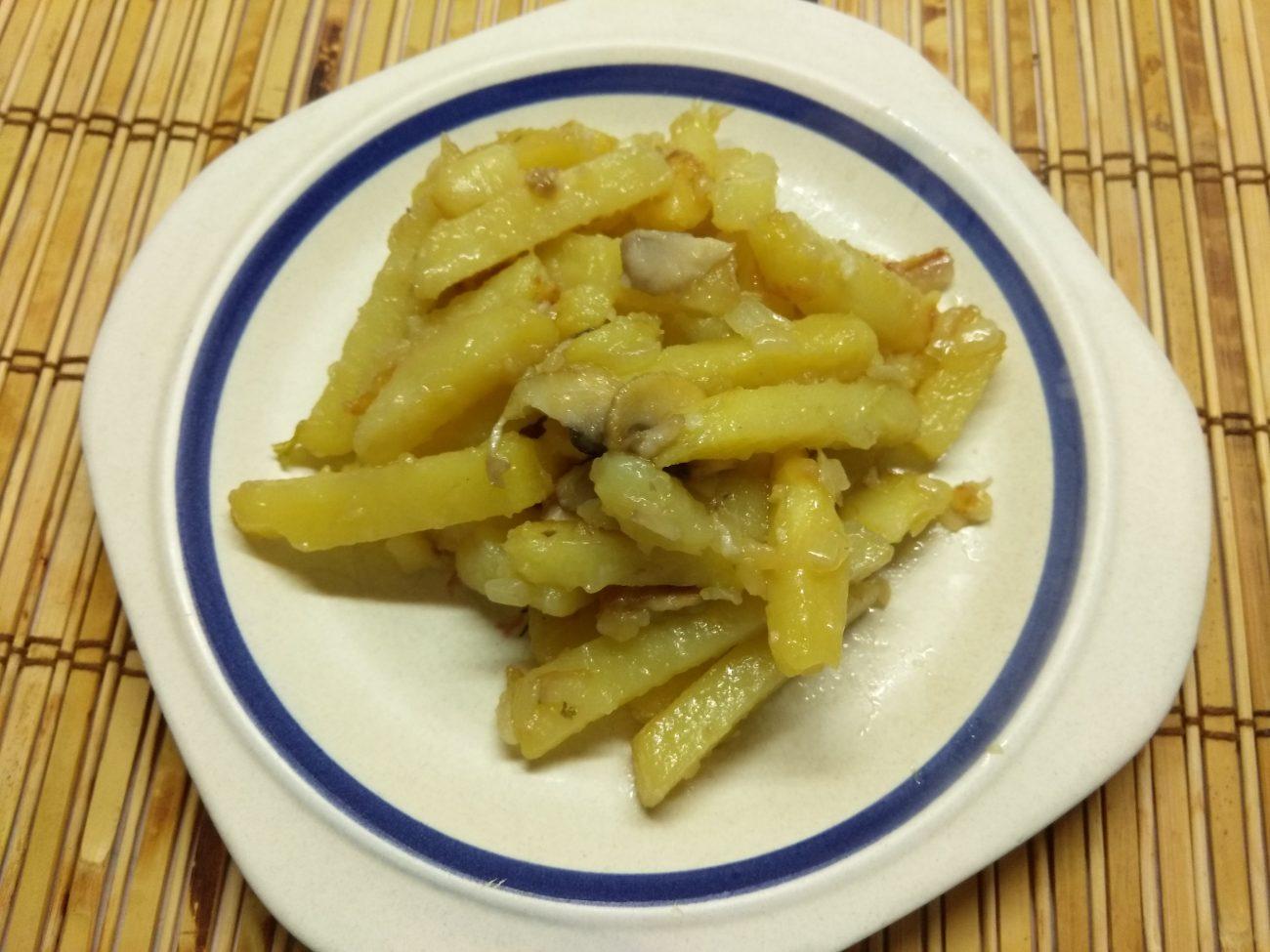 Жареный картофель с шампиньонами и луком