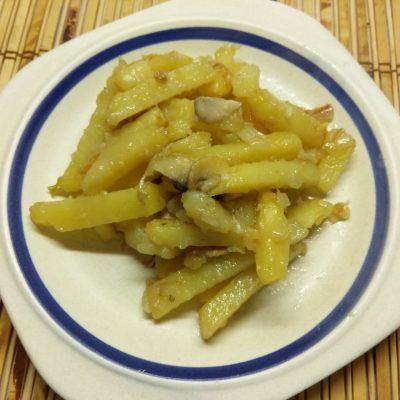 Жареный картофель с шампиньонами и луком - рецепт с фото