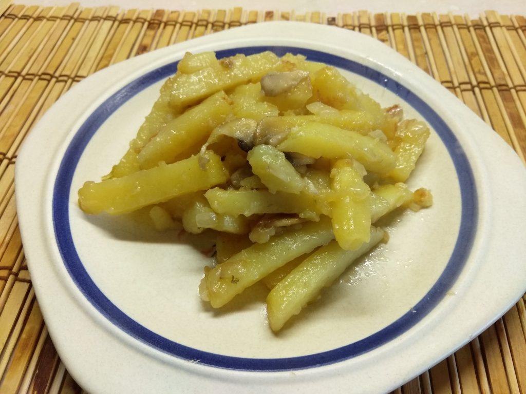 Фото рецепта - Жареный картофель с шампиньонами и луком - шаг 7
