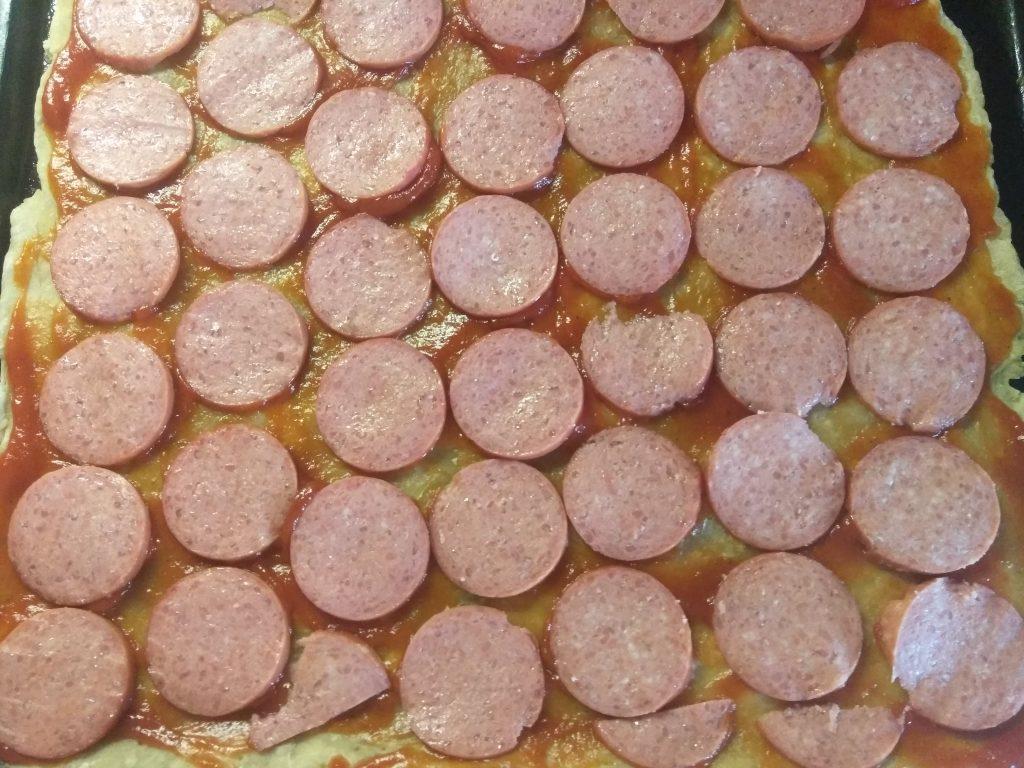 Фото рецепта - Домашняя пицца с колбасой и шампиньонами - шаг 2