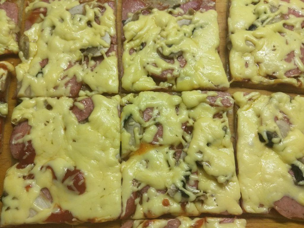 Фото рецепта - Домашняя пицца с колбасой и шампиньонами - шаг 5