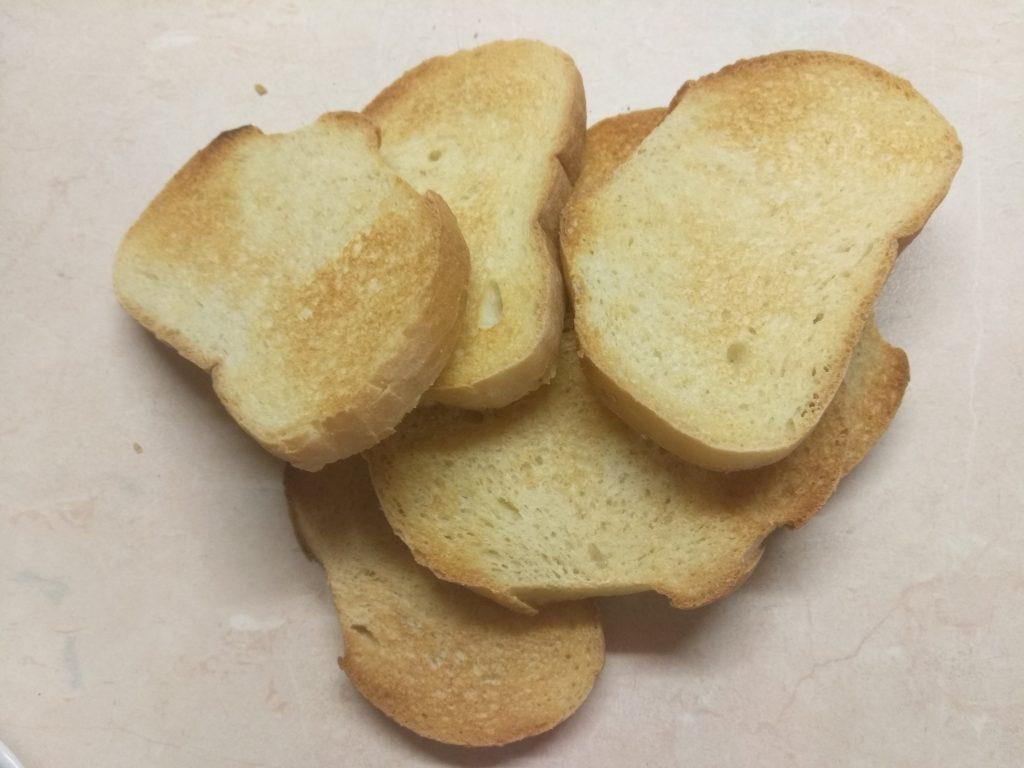 Фото рецепта - Быстрые бутерброды с сыром фета и шпротами - шаг 1