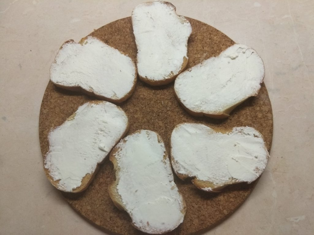 Фото рецепта - Быстрые бутерброды с сыром фета и шпротами - шаг 2